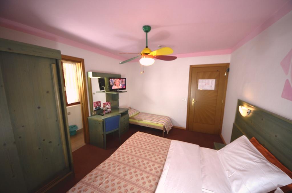 Altra visuale stanza matrimoniale con letto junior for Stanza da letto matrimoniale