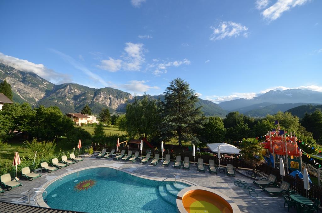 Piscina veduta esterna family hotel primavera trentino - Hotel montagna con piscina esterna riscaldata ...