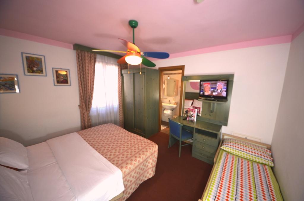 stanza matrimoniale con letto junior family hotel