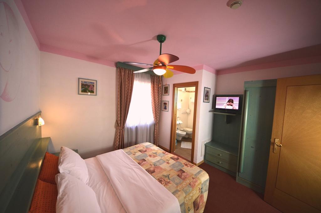 stanza matrimoniale verso il bagno family hotel
